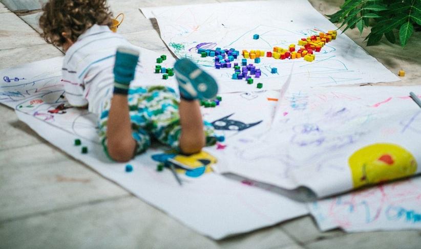 To KROMA χρωματίζει το γκρι στην κοινωνία